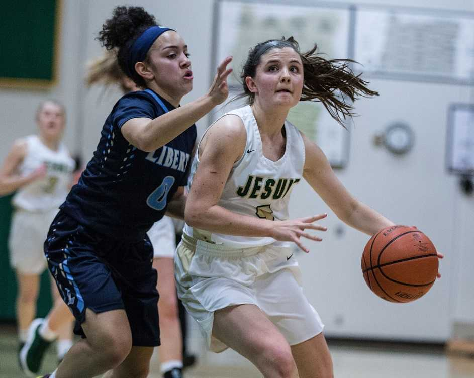 Jesuit's Anna Fanelli drives against Liberty's Taylin Smith. (Photo by Andrea Corradini)