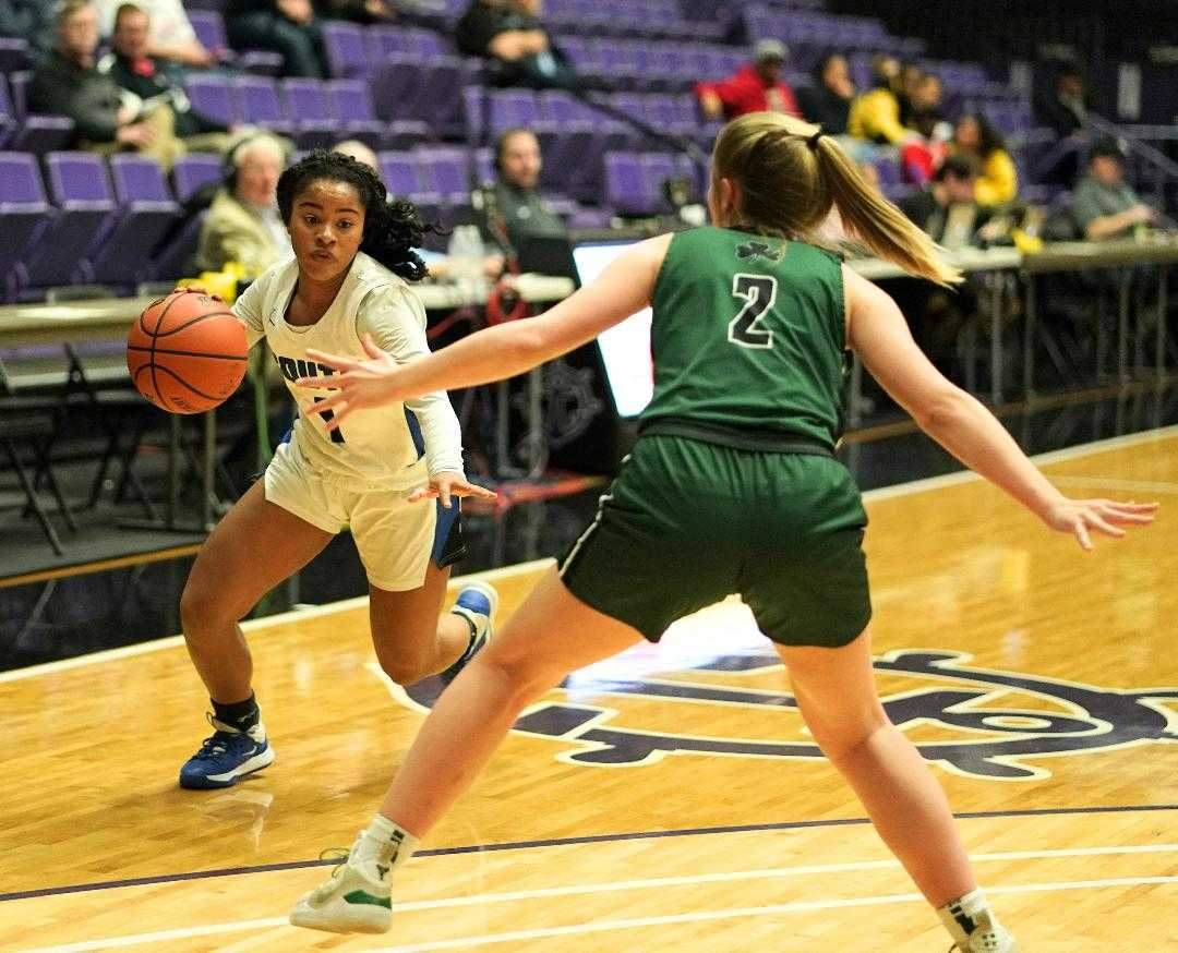 South Medford's Toni Coleman, driving against Sheldon's Hailey Lines, scored 26 points Wednesday. (Photo by Jon Olson)