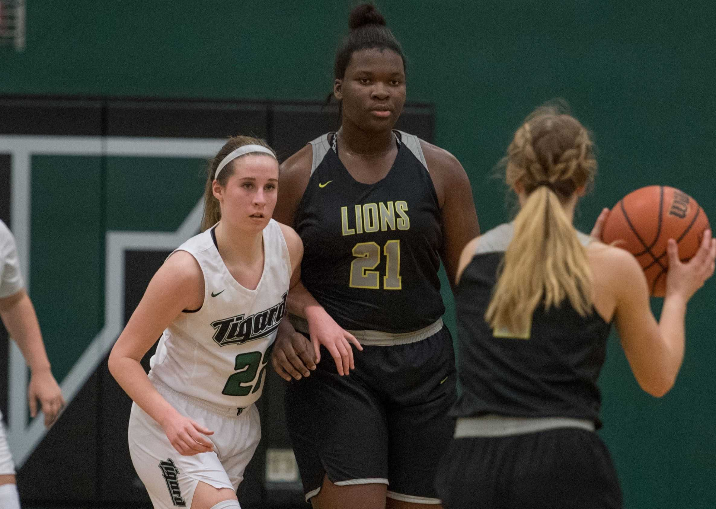 West Linn's Aaronette Vonleh (21) averaged 17.1 points to lead her team to a league title last season. (Photo by Ralph Greene)