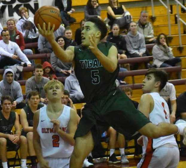 Tigard sophomore Drew Carter drives to the basket against Sprague. (Photo by Jeremy McDonald)