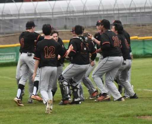 Silverton players mob Gage Mack after his game-saving catch Monday. (Photo by Jeremy McDonald)